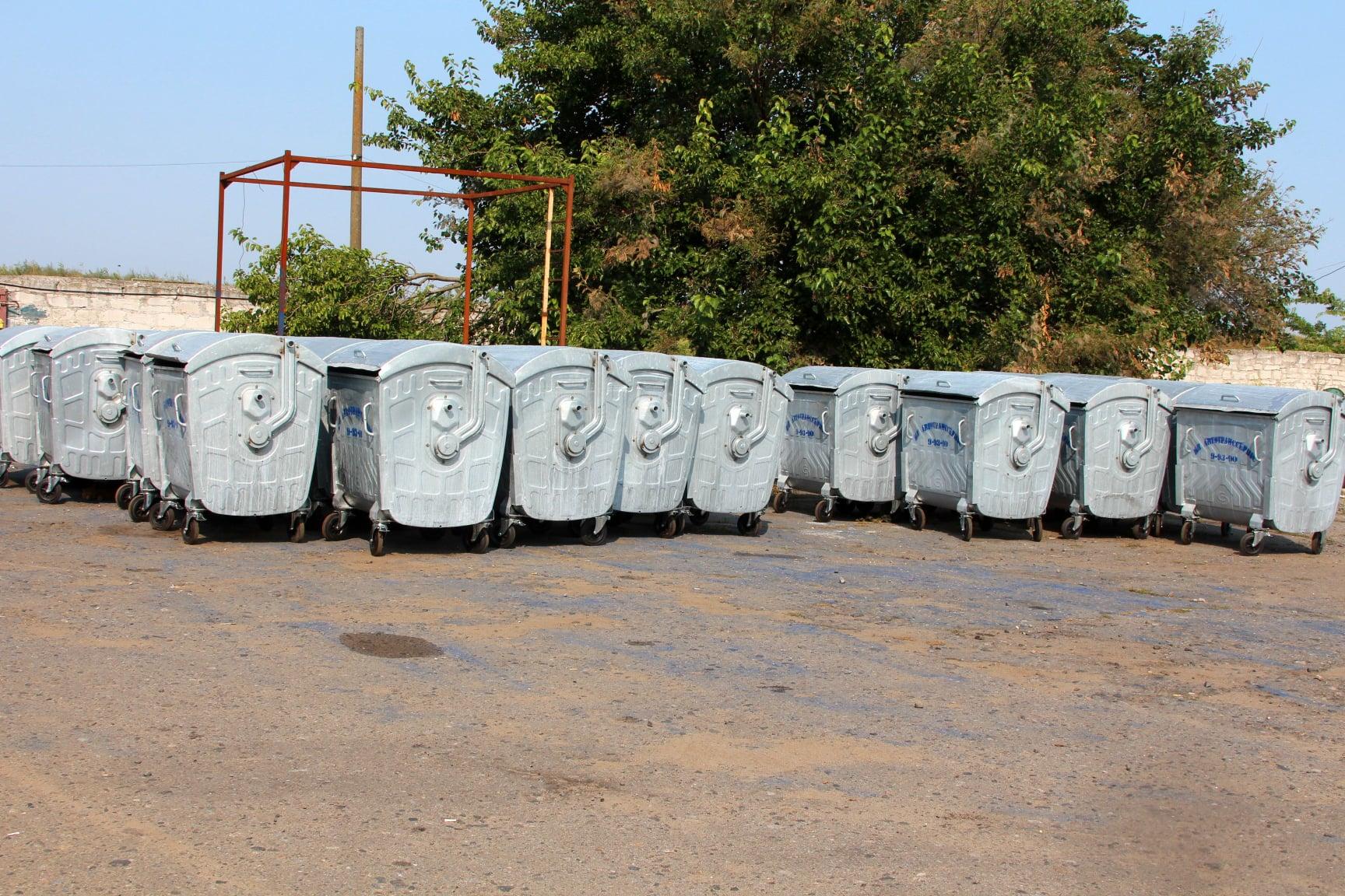 В Белгороде-Днестровском устанавливают новые мусорные контейнеры
