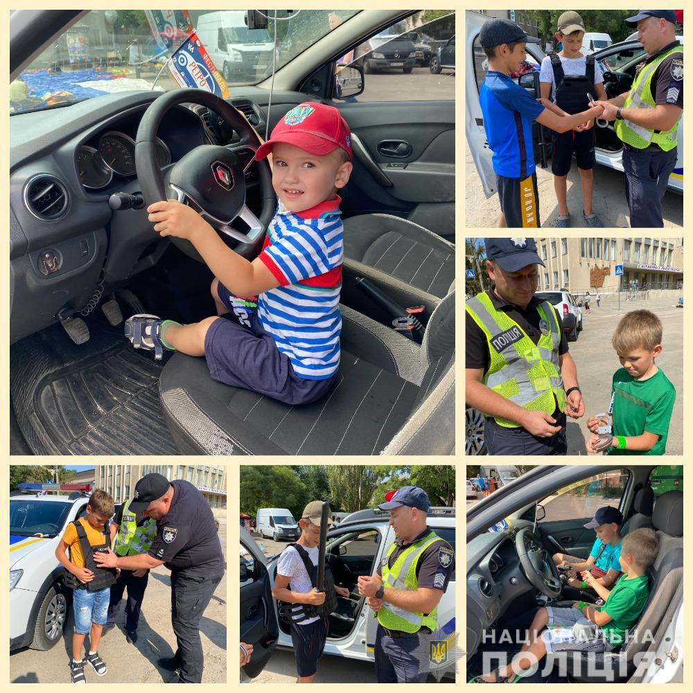 На выставке ретро-автомобилей и мотоциклов в Татарбунарах полицейские обучали детей безопасности