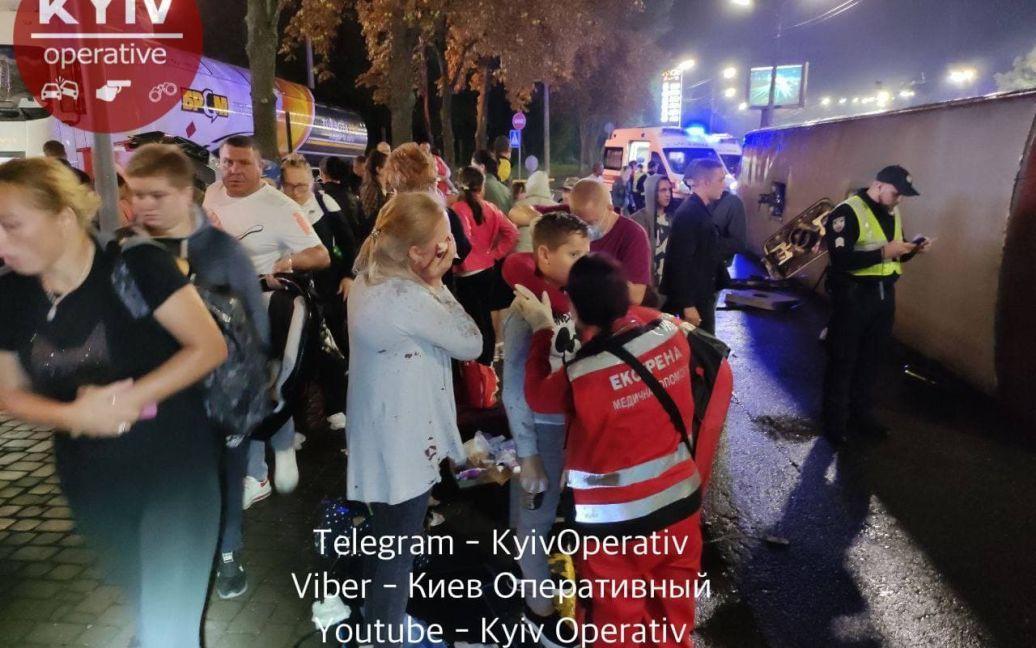 В Киеве перевернулся молдавский автобус, до отказа набитый пассажирами: много пострадавших