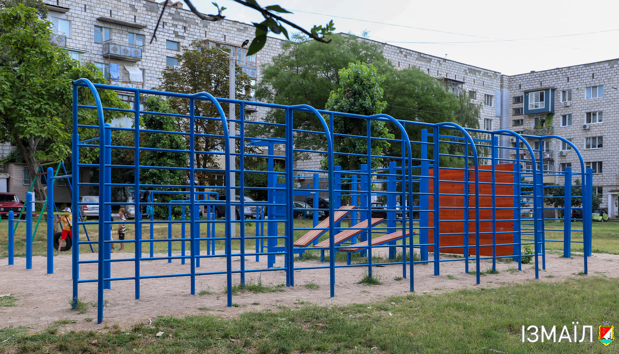 """В Измаиле при КП """"Жилсервис"""" создана бригада, которая обслуживает детские площадки и следит за их исправностью"""