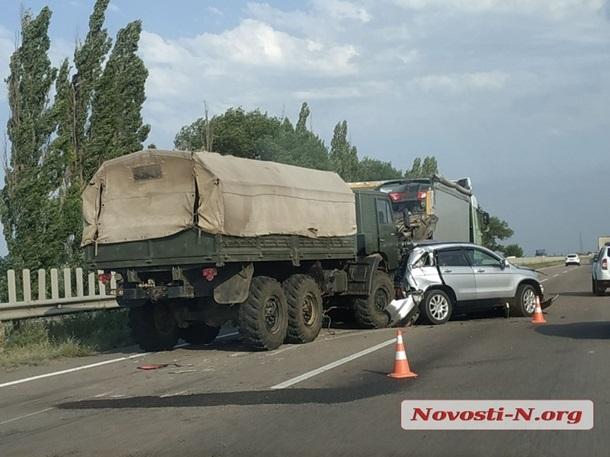 Под Николаевом военный грузовик протаранил три авто, попавших в ДТП (фото)