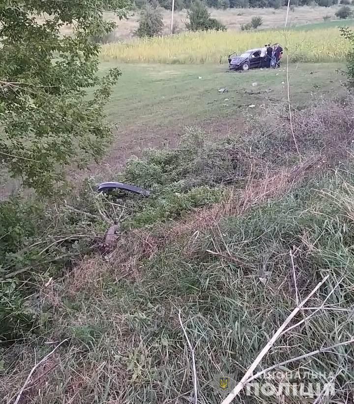Полиция расследует обстоятельства: в Одесской области местный житель нашел в поле иномарку с двумя мужчинами без сознания
