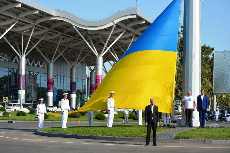 """Будет виден днем и ночью: в аэропорту """"Одесса"""" подняли самый большой украинский флаг в области"""