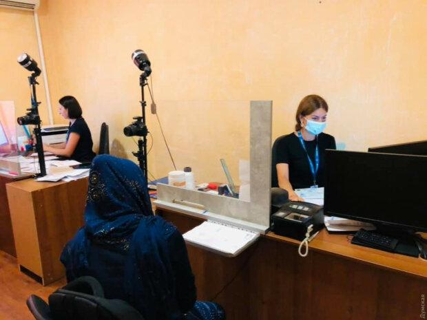 Детей вдвое больше, много младенцев: 133 афганских беженца в Одессе приютили местные жители-земляки
