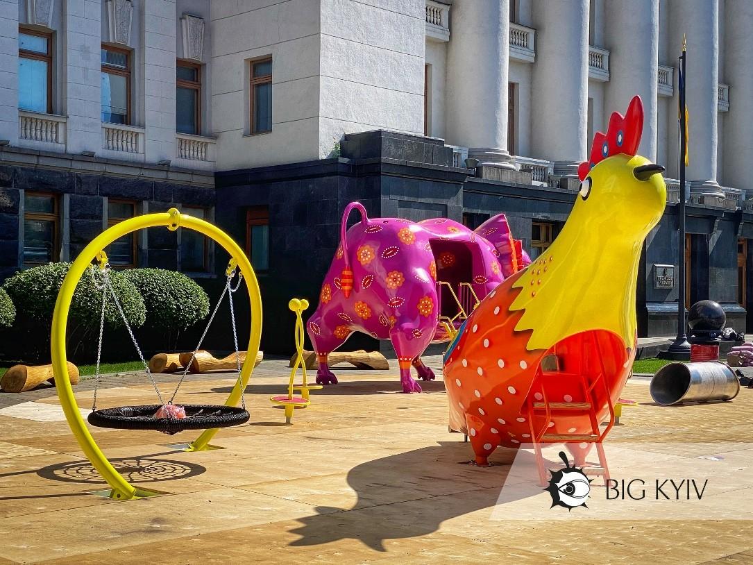 Возле Офиса президента в Киеве появилась детская площадка со странными существами