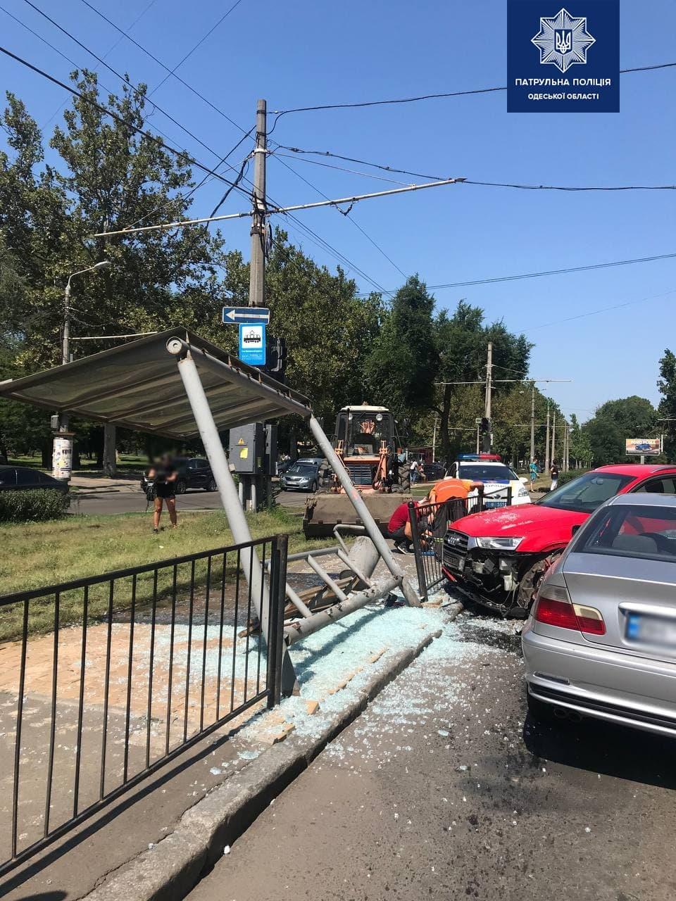 В Одессе водитель BMW влетел в остановку: есть пострадавшие