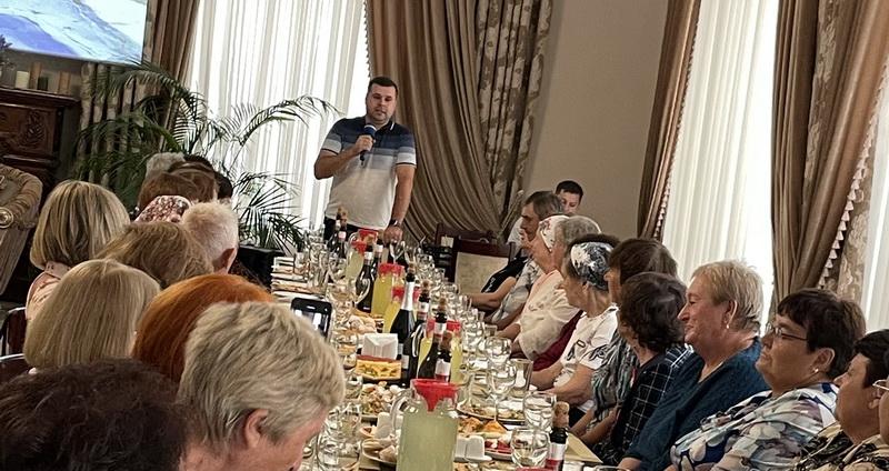 С песнями, цветами и угощениями: в селе Шевченково устроили праздник для ветеранов педагогического труда