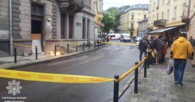 Во Львове из-под тротуара вырвался огонь