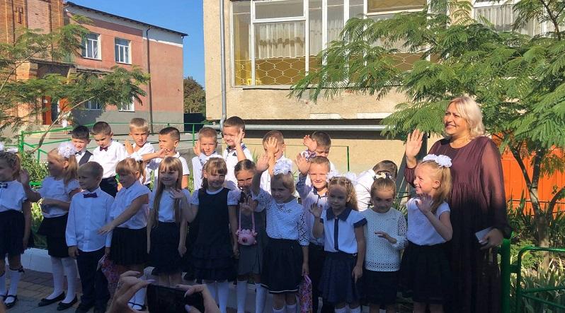 В школах Белгорода-Днестровского прозвенел первый звонок: торжественные линейки прошли только для учеников выпускных классов (фоторепортаж)