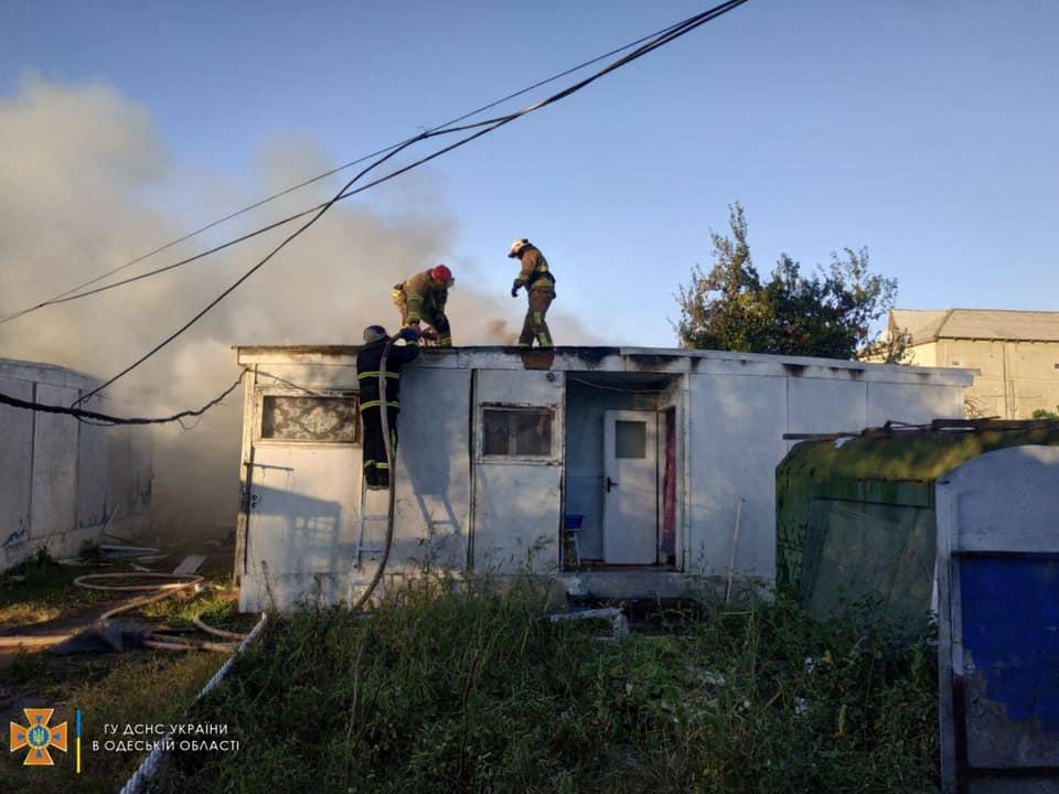 В Затоке полыхала база отдыха: 25 отдыхающих эвакуировали