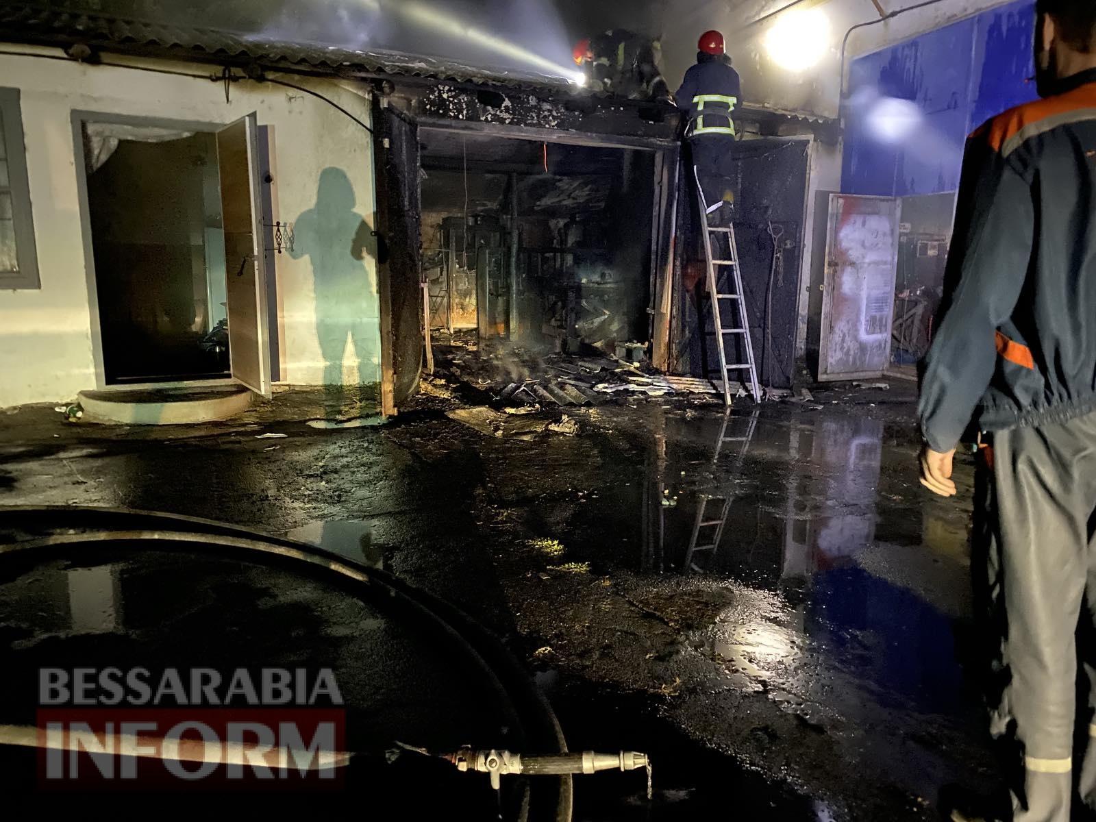 В Измаиле горело СТО: огонь уничтожил один из автомобилей